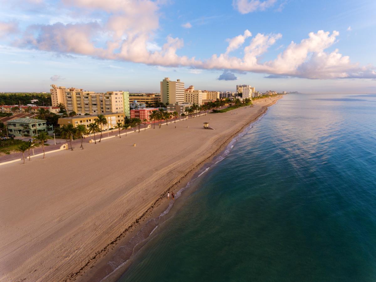 Vue aérienne de Miami South Beach avec hôtels et côte